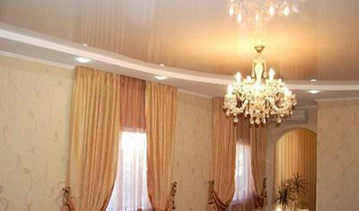 Фото хрустальной люстры на натяжном потолке