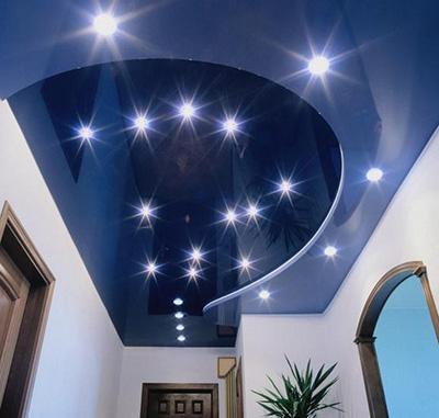 Фото точечный светильник на натяжном потолке