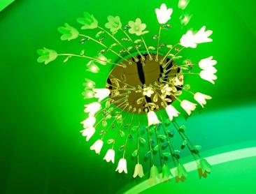 Фото галогенной люстры на натяжном потолке